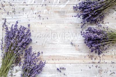 Carta da parati Disegno lavanda a secco con bouquet su sfondo in legno mockup vista dall'alto